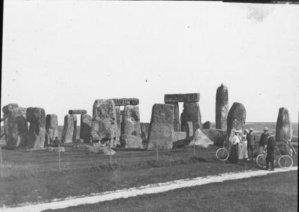 "Instarch: England: Wiltshire: ""STONEHENGE: GENERAL VIEW"" ""WILTS."" ""Oaksbury Inn (?)  Davidic[torn label]"" ""XYe""  1901 or later"