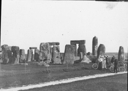 "Instarch: England: Wiltshire: ""STONEHENGE: GENERAL VIEW"" ""WILTS."" ""Oaksbury Inn (?)  Davidic[torn label]"" ""XYe""  1901 or later"